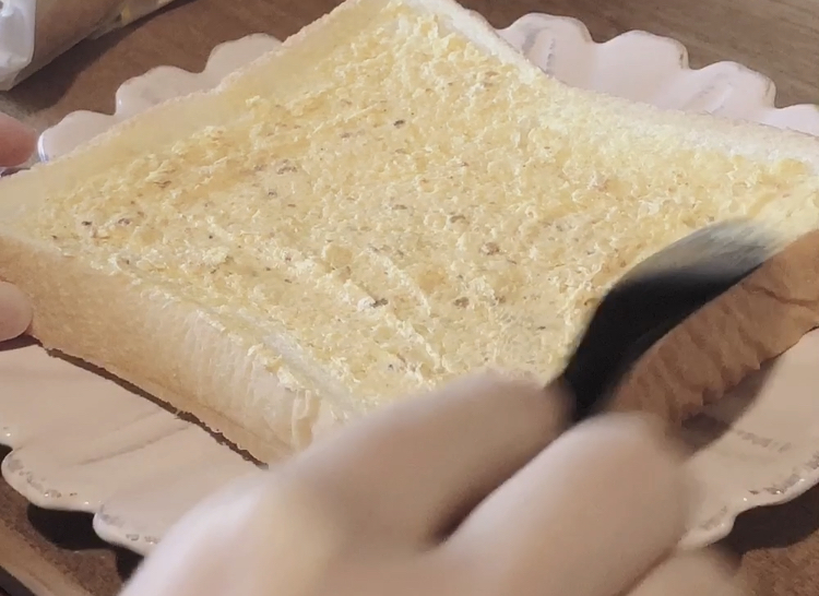 ①食パンにぬって焼いたらカレーパンを塗る♪