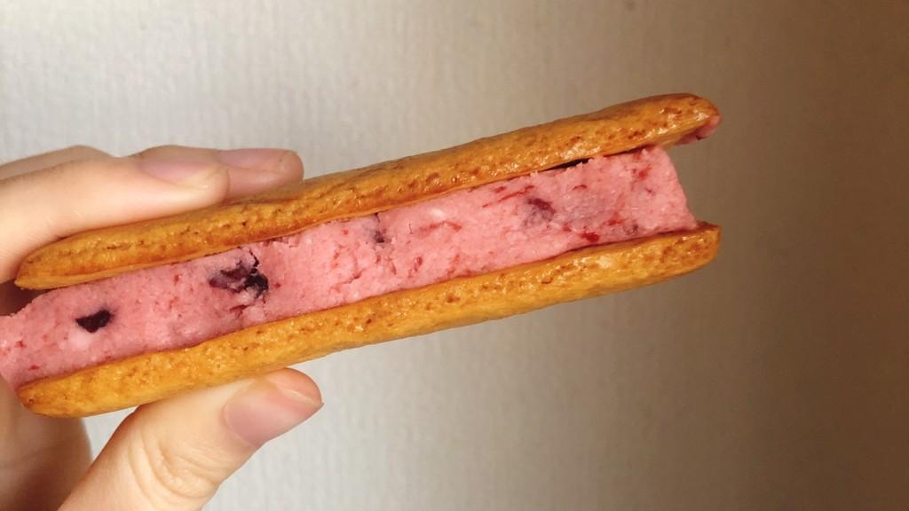 ローソンで購入できる華いろいちごバタービスキュイサンドの気になるお味は?