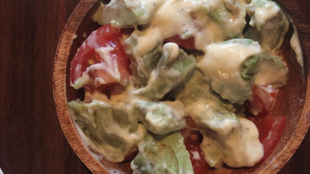5分でできる!アボカドとトマトのデリ風サラダで食卓に彩りを♪