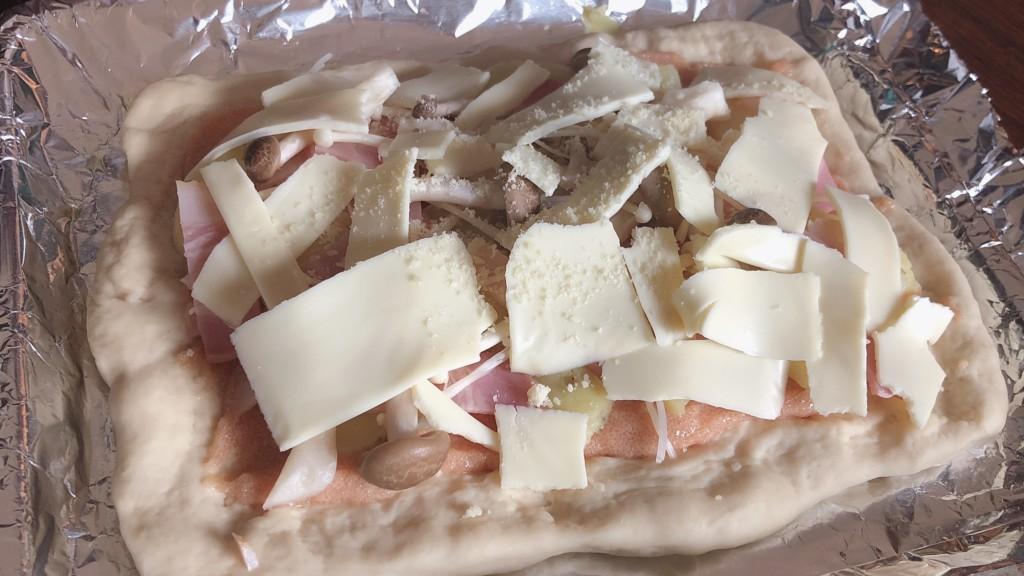 ④ピザ生地に、ソースと食材をトッピングする