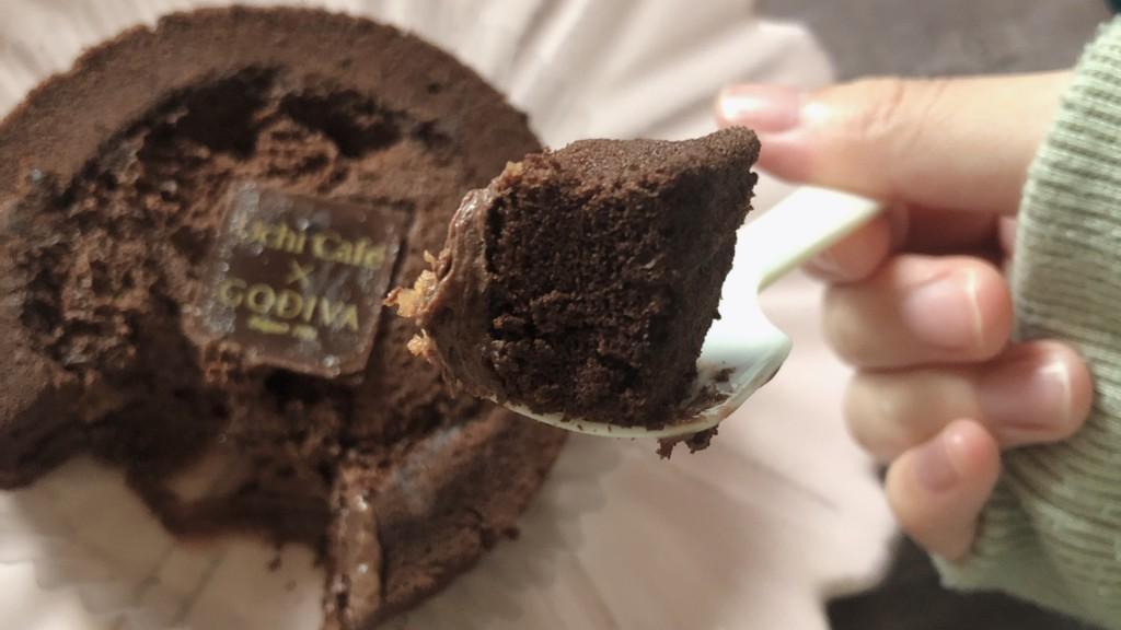 ローソン×GODIVA「ショコラロールケーキ」の気になるお味は?