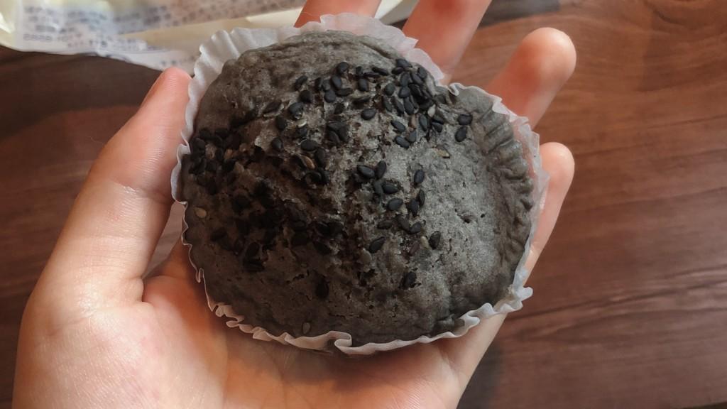 ダイエット中にもおすすめ!もち麦の蒸しぱん黒ごまは、黒ごまを贅沢に楽しめるパン