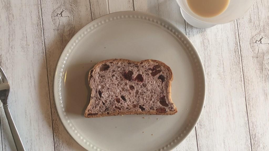 ふにゃもちブレッドブルーベリーは牛乳と相性抜群のパン!
