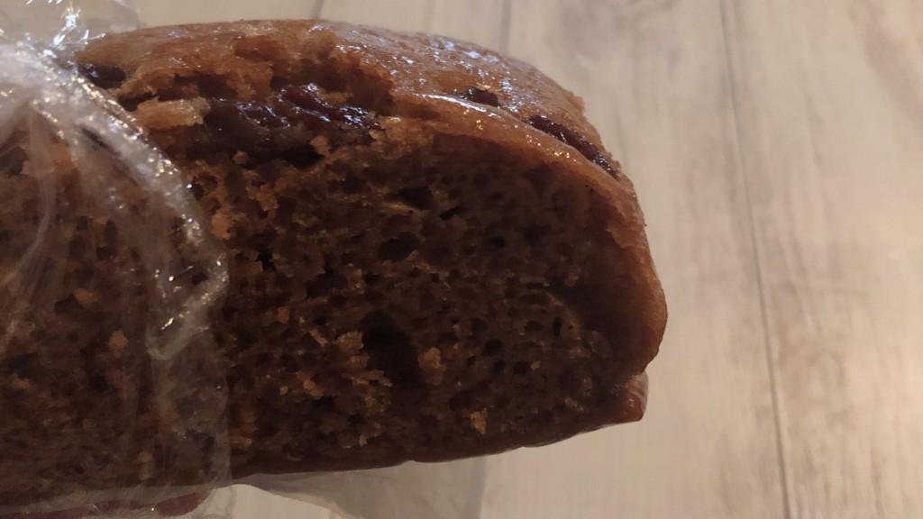沖縄黒糖蒸しぱんレーズンは、黒糖の甘さとレーズンの風味が絶妙な蒸しパン