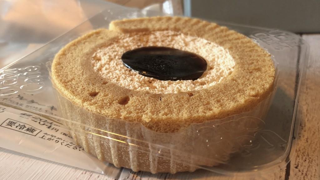 ローソンで購入することができる「黒糖ロールケーキ」は、黒糖が主役のスイーツ!!