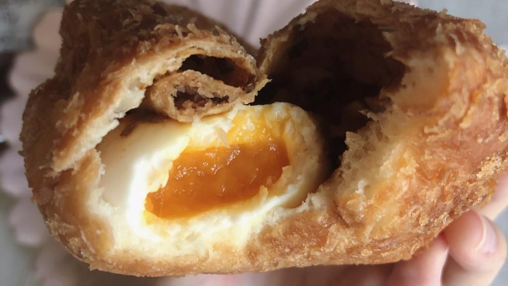 ローソンで購入できる「旨辛とろーり半熟卵入りカレーパン」は、コンビニとは思えないカレーパン